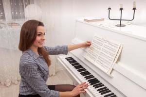 Girl play piano