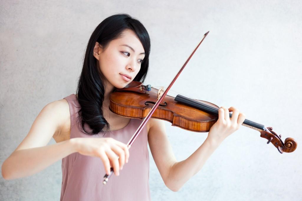ヴァイオリンを弾く女性 港区でバイオリン教室をお探しの方はこちら